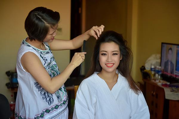 Vòng Chung khảo phía Bắc Hoa hậu Việt Nam 2016 diễn ra thành công tối 17/7 tại sân  khấu nhạc nước Tuần Châu, xướng tên 18 thí sinh vào Chung kết toàn quốc. Vài giờ  trước đêm thi, nhiều khoảnh khắc hậu trường của các người đẹp khi chuẩn bị trang  phục và trang điểm được các nhiếp ảnh gia ghi lại ấn tượng.