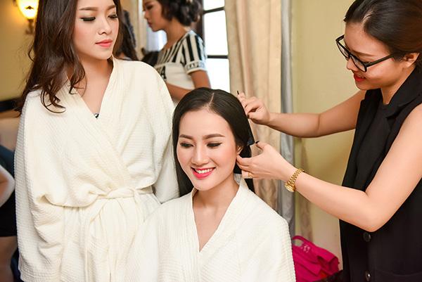 Trong đêm khi,  các thí sinh được ê-kip theo sát liên tục để chỉnh sửa kiểu tóc và hỗ trợ khi cần thiết.
