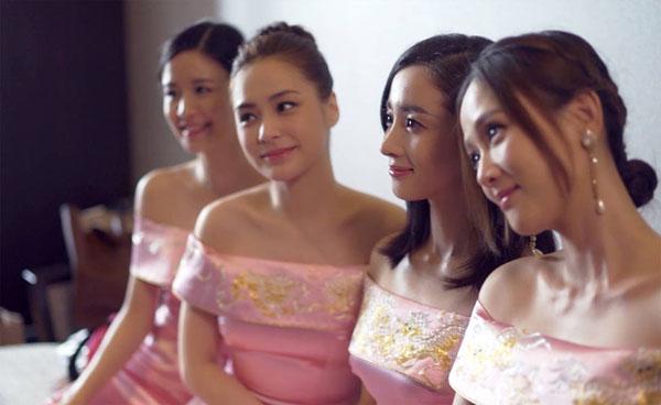 phù dâu là Trần Kiều Ân, Hồ Băng Khanh, Chung Hân Đồng... (từ phải qua trái).