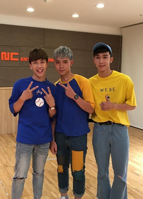 Nhóm nhạc tân binh nhà S.T 319  Monstar  vừa có dịp hội ngộ với nhóm nhạc thần tượng nữ AOA Cream (gồm Chanmi, Hyejeong, Yuna) tại Hàn Quốc. Dù chưa chính thức ra mắt nhưng việc hé lộ 3 thành viên Erik, Nicky và Key thời gian qua đã thu hút sự quan tâm.