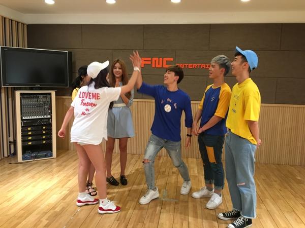 3 anh chàng có cuộc giao lưu vui vẻ với nhóm nhạc Hàn Quốc.