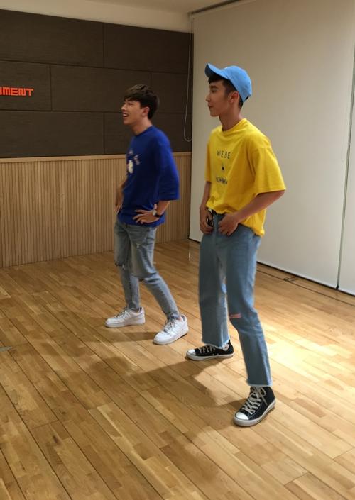 Ngược lại, anh chàng điển trai nhất Key cũng dạy AOA vũ đạo ca khúc đầu tay sắp sửa phát hành vào tháng 8 của nhóm có tên: Baby Baby. Các cô nàng AOA học rất nhanh và thích thú nhảy theo.
