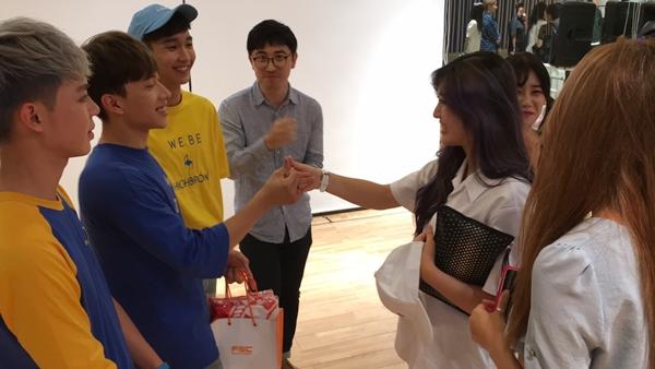 AOA còn chuẩn bị quà tặng và trao tận tay MONSTAR. Chanmi bất ngờ hỏi Monstar và ST.319 cover vũ đạo của AOA và đăng lên Youtube được không. Sau khi Nicky đồng ý, cô nàng không quên bắt anh bạn ngoéo tay để làm tin.