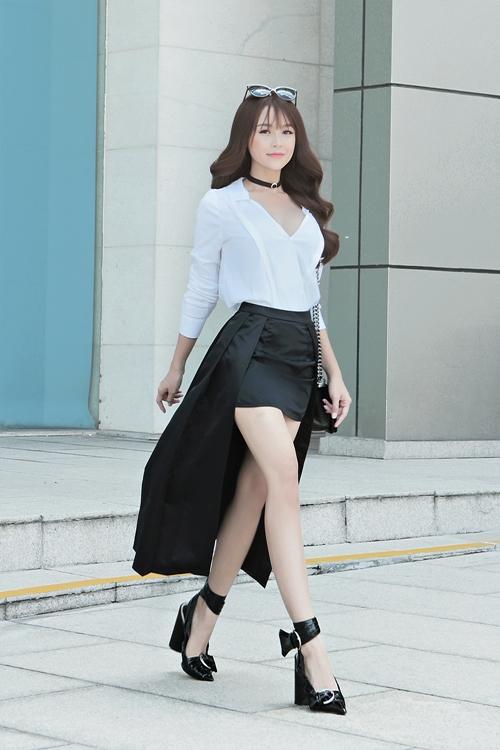 cap-hot-girl-doi-dau-sai-thanh-khoe-chan-trang-non-xuong-pho-9