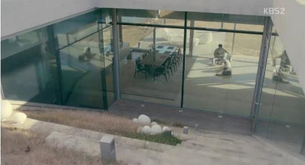 Nhìn từ ngoài vào, căn biệt thự được bao bọc bởi kính trong suốt để đón ánh nắng mặt trời.