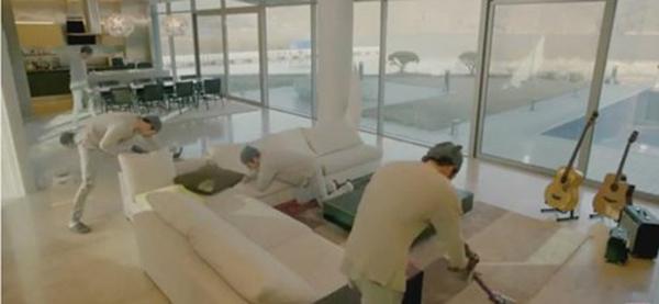 Phòng khách được trải rộng với ghế sofa đắt tiền. Không gian phòng ăn được đặt ngay cạnh để tạo diện tích rộng cho căn biệt thự.