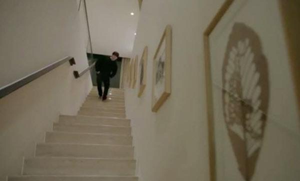 Lối cầu thang được bố trí những bức tranh cùng tông màu với màu sơn.