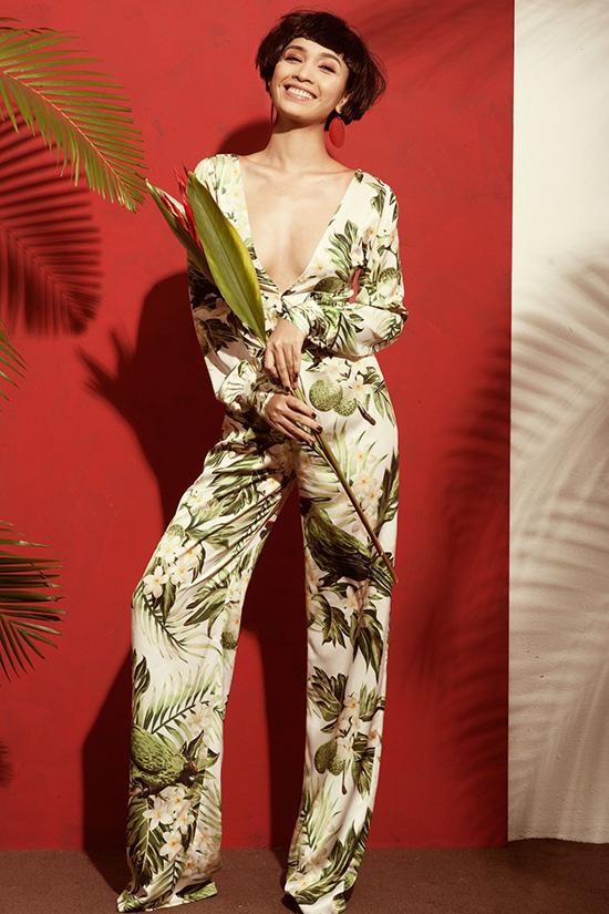 Hoá thân thành cô gái nhiệt đới quyến rũ với mái tóc ngắn lạ lẫm qua trang phục đầy màu sắc mang hơi hướng tropical, nữ ca sĩ Ái Phương làm người hâm mộ choáng váng với hình ảnh thay đổi bất ngờ. Đây được xem là lần nổi loạn ấn tượng của giọng ca Tôi thấy hoa vàng trên cỏ xanh bởi cô nàng không những quyết định cắt phăng mái tóc dài hiền dịu để thay vào đó là tóc ngắn thời thượng, cá tính mà còn chọn phong cách bóng bỏng, sexy khoe triệt để vóc dáng của cô.