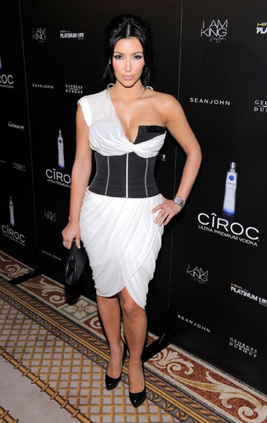 kim-kardashian-song-chet-khong-the-thieu-corset-tao-dang-7