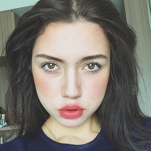 Alissa Janine Wollmann thích lỗi make up đậm, đặc biệt là đôi môi.