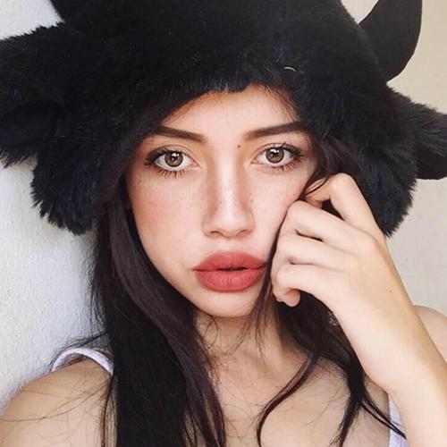 Trong những bức ảnh chia sẻ trên trang cá nhân trông Alissa vô cùng ấn tượng với đôi môi dày quyến rũ.