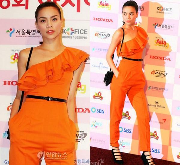 Đây là hình ảnh của Hồ Ngọc Hà năm 2009. Cô xuất hiện nổi bật tại một sự kiện âm nhạc ở Hàn Quốc. Năm này cũng là năm Hà Hồ giành được cú đúp giải thưởng: Nghệ sĩ mặc mốt nhất năm và Nghệ sĩ mặc ấn tượng nhất năm của tạp chí Mốt.
