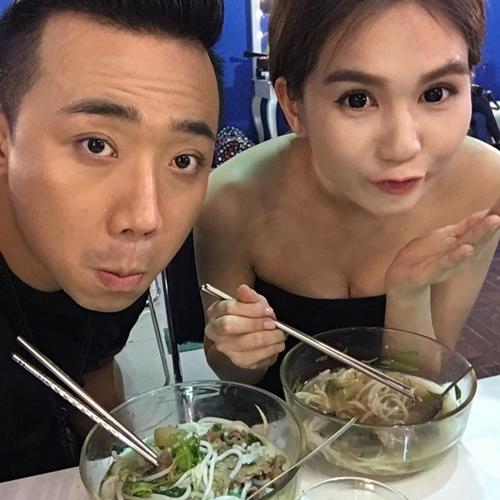 Trấn Thành đi ăn uống với Ngọc Trinh. Cả hai tranh thủ khoe ảnh selfie.