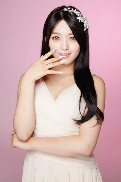 So với những thành viên gợi cảm của AOA như Seol Hyun, Ji Min, ChoA, hình tượng gợi cảm pha lẫn thơ ngây của Chan Mi bị cho là không phù hợp với hình tượng chung của nhóm. Dù Chan Mi vẫn xinh xắn, tốt tính nhưng rõ ràng, so với các cô chị, em út ít nổi tiếng với fan nam nhất, đặc biệt là khi mọi sự chú ý thường được đổ dồn vào Seol Hyun.