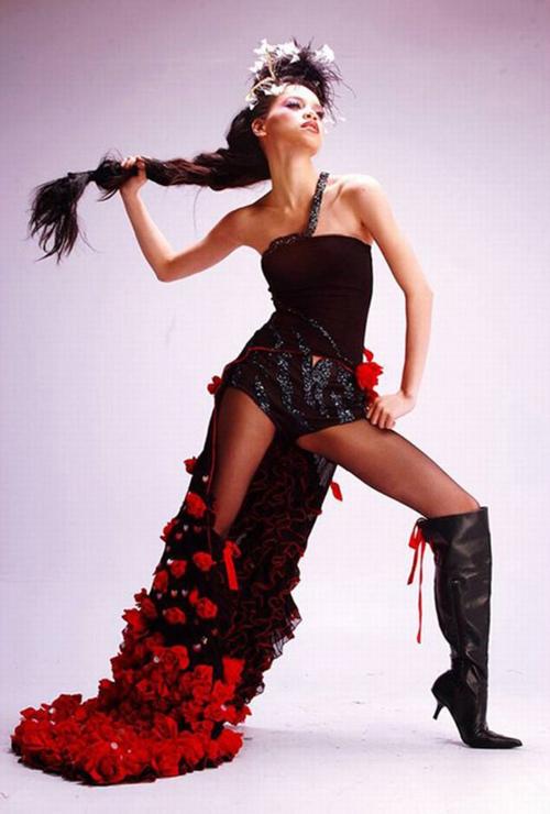 Những đường cong quyến rũ chưa được khai thác và phô diễn bởi trang phục chưa phù hợp với vóc dáng và xu hướng thời trang. Thêm vào đó, cách trang điểm cũng khiến người đẹp trông hơi già.