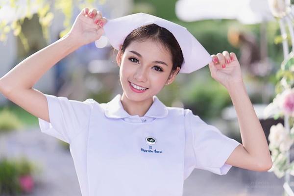 Mới đây, người dùng mạng xã hội nhiều nước châu Á bị thu hút bởi cô y tá có diện mạo đáng yêu và nụ cười tươi tắn này.