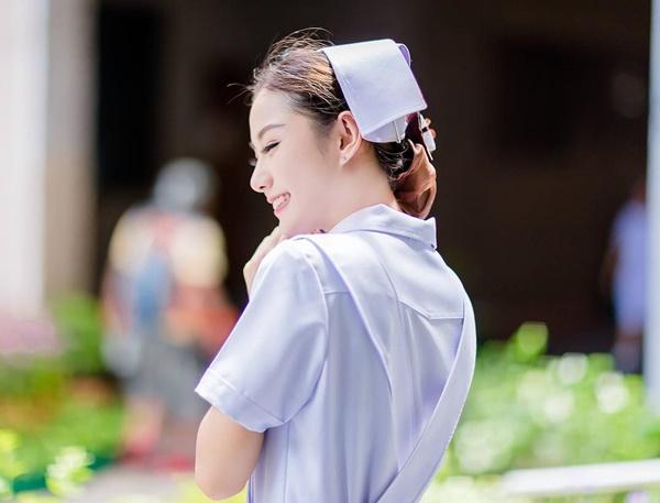 Namkhing Kanyapak, sinh ngày 18/8/1994, tốt nghiệp khoa y tá trường ĐH Bangkok   Metropilis của Thái Lan.