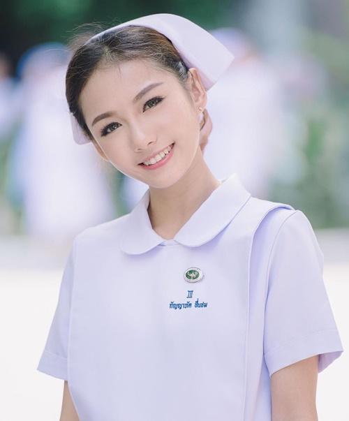 Namkhing Kanyapak bỗng trở nên nổi tiếng khi loạt ảnh mặc đồng phục y tá của cô được   nhiều trang mạng đăng tải. Trang 9gag gọi Namkhing Kanyapak là nữ y tá nổi tiếng nhất   Thái Lan, trong khi các trang tin và diễn đàn ở Trung Quốc, Hong Kong, Đài Loan,   Indonesia khen ngợi vẻ xinh đẹp của cô y tá.