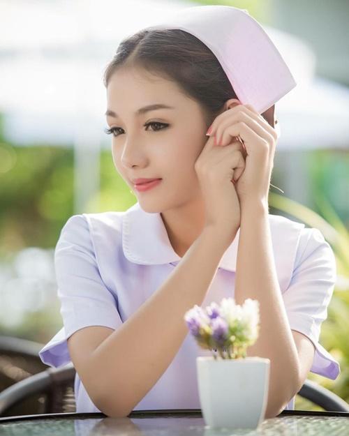 Trang Instagram của Namkhing Kanyapak cũng nhanh chóng thu hút hơn 11.000 người   theo dõi. Theo thông tin trên trang cá nhân, Namkhing Kanyapak tốt nghiệp ngành y tá   năm ngoái và hiện đã đi làm.