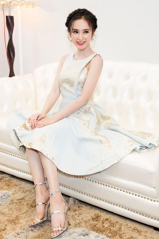 Phong cách thời trang thanh lịch do stylist Hoàng Ku chuẩn bị cùng nụ cười rạng rỡ thân thiện, nữ diễn viên đã chinh phục cảm tình của các khách mời góp mặt trong sự kiện.