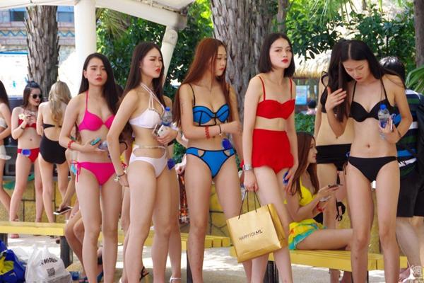 cac-thi-sinh-hoa-hau-bikini-lo-bung-mo-nguc-lep-1
