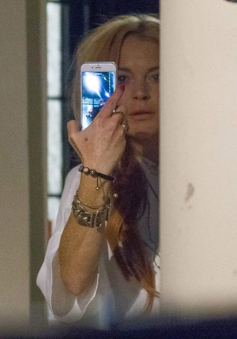 Hình ảnh phờphạc của Lindsay Lohan sau vụ cãi vã với hôn phu  Egor Tarabasov. Cô gài thét giữa đêm, tố cáo anh giết mình và khiến hàng xóm gọi cảnh sát. Dường như cuộc sống của Lindsay Lohan chưa hết sóng gió dù cô đã bước qua tuổi 30 và đang cố gắng tránh xa những buổi tiệc tùng ở Hollywood.