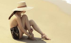 Yến Trang cởi áo khoe dáng lả lơi trên biển