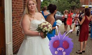 Cô dâu bất ngờ khi lễ cưới thành đấu trường Pokemon
