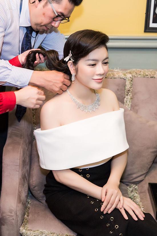 Tối qua, Lý Nhã Kỳ chính thức khai mạc triển lãm kim cương thương hiệu trang sức kim cương Staurino Fratelli của Ý, là thương hiệu hàng đầu thế giới tại thủ phủ thời trang và kim cương của cô tại 30 Đồng Khởi, Quận 1, Tp Hồ Chí Minh.