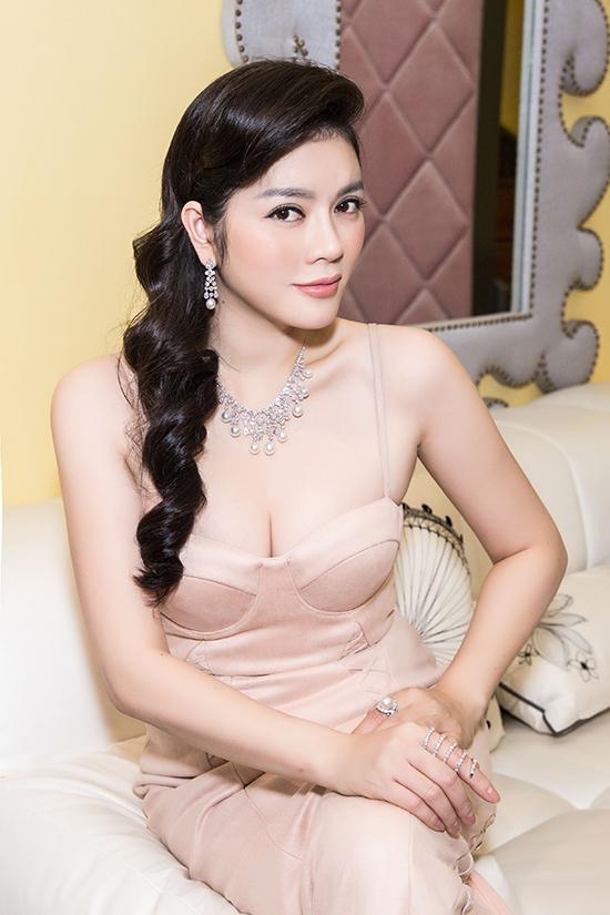 Cô cũng ướm thử những thiết kế trang sức kim cương mới của thương hiệu theo nhiều phong cách khác nhau, từ trẻ trung tới sang trọng, từ những thiết kế điệu đà tiểu thư, đến những thiết kế nữ hoàng, lộng lẫy. Trang sức kim cương giúp trang phục của Lý Nhã Kỳ hoàn hảo, lộng lẫy hơn.