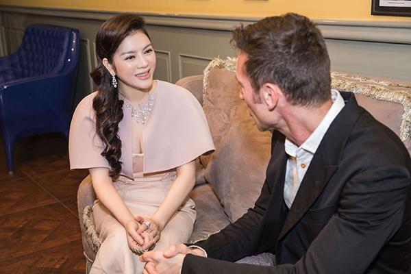Lý Nhã Kỳ đã mời đích thân nhà thiết kế kim cương lừng danh thế giới, đồng thời cũng là giám đốc sáng tạo của thương hiệu  ngài Davide Staurino, tới Việt Nam tham dự triển lãm.
