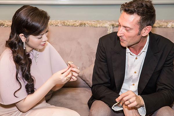 Lần đầu tới Việt Nam, NTK Davide Staurino bày tỏ sự ngưỡng mộ đối với chủ nhân của thủ phủ thời trang và kim cương, Lý Nhã Kỳ, khi cô còn trẻ tuổi nhưng đã xây dựng được cho mình một thế giới kim cương và thời trang riêng biệt, sánh ngang với những biệt phủ thời trang, kim hoàn hàng đầu thế giới. NTK cũng bày tỏ sự cảm kích với triển lãm mà Lý Nhã Kỳ tổ chức, triển lãm mang phong cách thượng lưu đúng phong cách triển lãm các sản phẩm xa xỉ của thế giới.