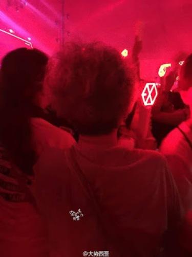 cu-ba-u70-gay-sot-khi-di-xem-concert-co-vu-exo-1