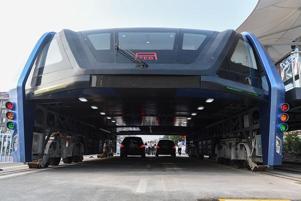 Ách tắc giao thông là ác mộng với người dân các thành phố lớn. Nhưng giờ đây,   các kỹ sư Trung Quốc đã nghĩ ra ý tưởng đột phá để giảm tắc nghẽn giao thông.  Biện pháp của họ là thiết kế và sản xuất chiếc xe buýt khổng lồ di chuyển trên cao   (TEB).
