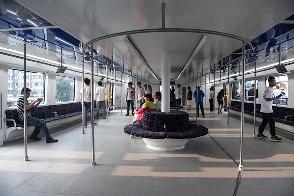 Phiên bản mini có 18 chỗ ngồi được bố trí dọc hai bên, hai ghế tròn ở giữa và   khoảng không rộng để đứng với sức chứa lên tới 300 người.