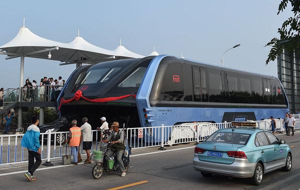 Nhà sản xuất cho biết xe được thiết kế để chạy phía trên các phương tiện giao   thông khác. Một chiếc xe hoàn thiện có thể chở 1.200 hành khách và đạt tốc độ   60 km/h.