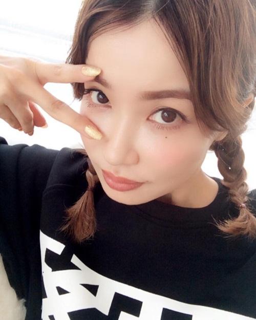 Risa Hikaro từng phát biểu: Là phụ nữ, phải đối đãi với bản thân như công chúa. Có lẽ vì thế mà tuổi đã ngoài 40 nhưng Risa vẫn ăn mặc, làm tóc trẻ trung như thiếu nữ mộng mơ.