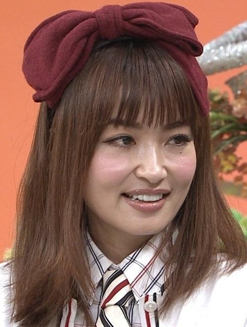 Tuy nhiên, so với hình do Risa Hirako đăng tải và trong sách ảnh của cô, Risa Hirako ở ngoài đời có nhan sắc đúng với tuổi thật hơn. Khi xuất hiện trên show truyền hình, Risa khiến khán giả ngỡ ngàng vì khác biệt nhiều.