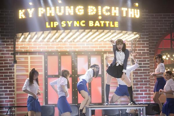 tra-ngoc-hang-nhai-britney-spears-nhay-dien-cuong-tren-ban-hoc-3