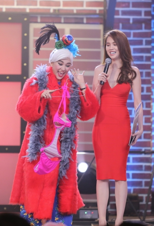 Sau khi bị Hari Won ghen ở phần mở màn, thì đến một thử thách trong chương trình Ngọc Trinh lại tặng cho giọng ca Anh cứ đi đi bộ bikini để làm đạo cụ diễn xuất.
