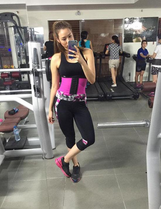 Áo nịt eo trở thành xu hướng được các chị em tin dùng khi tập trong phòng gym. Việc dùng áo nịt eo giúp siết chặt hơn những cơ bụng trong quá trình tập luyện, tạo ma sát và giảm mỡ thừa tích tụ vòng 2.