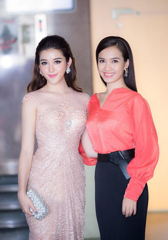 Người đẹp sinh năm 1995 cũng có dịp so dáng bên cạnh MC Ái Phương trong hậu trường. Hai người đẹp cùng nở nụ cười tỏa sáng và vóc dáng đáng ghen tị.