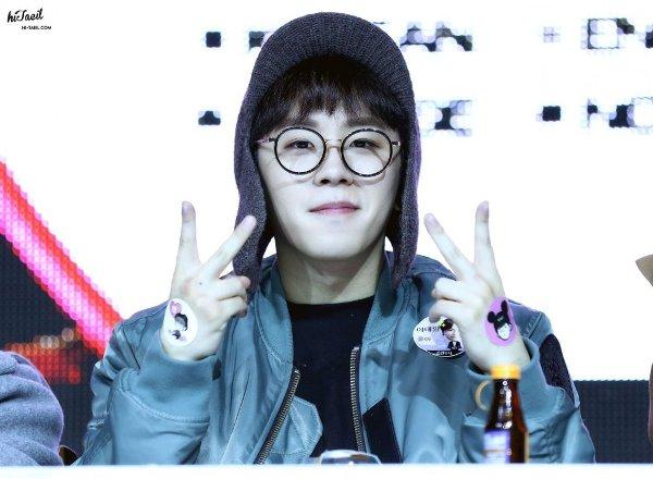 Trước khi bị các đàn em vượt mặt, Tae Il từng dẫn đầu danh sách Idol nam thành công có chiều cao hạn chế nhất với chiều cao 1m67. Nhiều fan còn đùa rằng đừng vì chiều cao của anh chàng mà xem thường, thành viên Block B có thể vung một cú đấm bằng giọng ca khiến bạn ngậm họng ngay tức khắc.