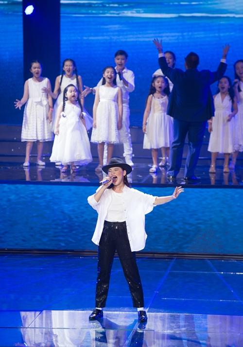 Ở lượt thi thứ hai, Minh Như mang đến một phần trình diễn ấn tượng không kém khi hóa thân thành tiểu Micheal Jackson với ca khúc ý nghĩa Earth Song.
