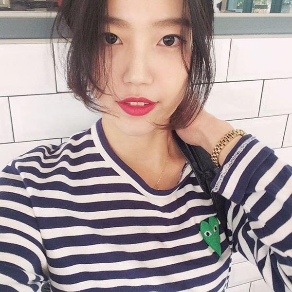 Cách làm tóc, trang điểm môi đỏ rực, góc chụp tự sướng và kiểu tạo dáng của   Cha Sora cũng cùng một khuôn với thành viên Miss A.