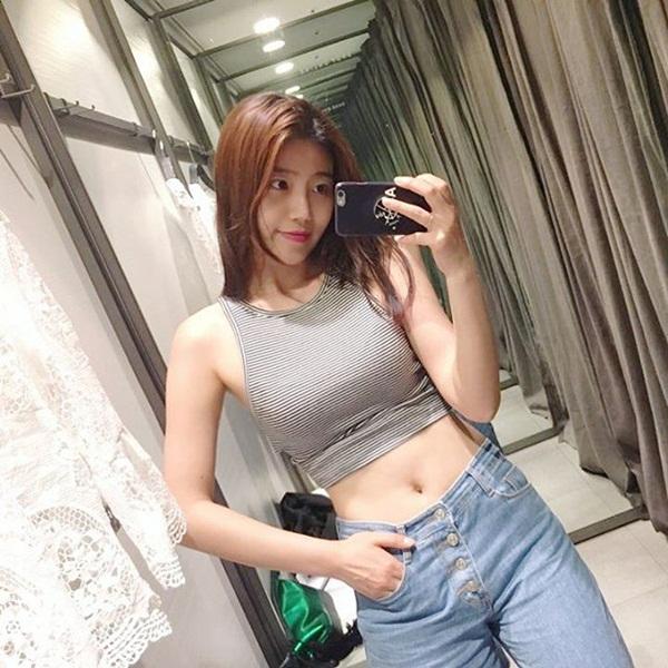 Trên trang cá nhân, Cha Sora khoe ảnh đi du lịch, ăn uống và cả những hình bikini   gợi cảm. Cô có thân hình đẹp, thon thả và phong cách thời trang sành điệu không   kém người nổi tiếng.