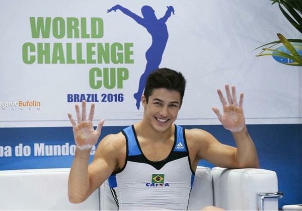 Arthur từng giành huy chương vàng nội dung nhảy ngựa gỗ tại giải World   Challenge Cup 2016 và huy chương bạc thể dục dụng cụ toàn năng tại World Cup   2015 ở Glasgow cùng đội tuyển Brazil.
