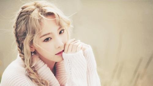 Tae Yeon chắc chắn là idol chịu khổ sở vì những tin đồn hẹn hò nhất Kpop. Cô nàng bị các fan cuồng tấn công vì xuất hiện tin đồn yêu ai đó. Vẻ ngoài nhỏ nhắn, gương mặt baby khiến nữ ca sĩ trở thành hình mẫu trong mộng của nhiều chàng trai.