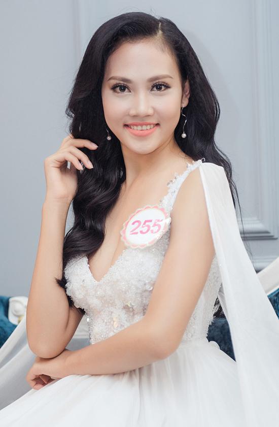 Trần Thị Thùy Trang là thí sinh bị BTC phát hiện có sử dụngchất liệu composite dán lên một số chiếc răng để tăng độ trắng, sáng.