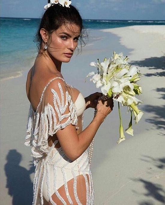 bộ váy cưới cực táo bạo của thương hiệu  Agua de Coco.
